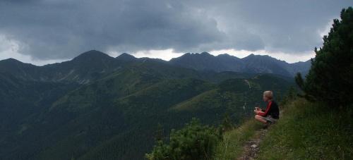 m. Bobrowcem a Mnichami Chochołowskimi - wid. na gł. grań Tatr Zachodnich #góry #człowiek #mountain #Tatry #Bobrowiec #Mnichy #TrzyKopy #grań