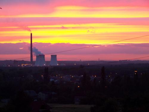 Pierwszy wrześniowy i kolorowy zachód słońca w Jaworznie. Tu Elektrownia 3. #krajobraz #kominy #zachód #jaworzno